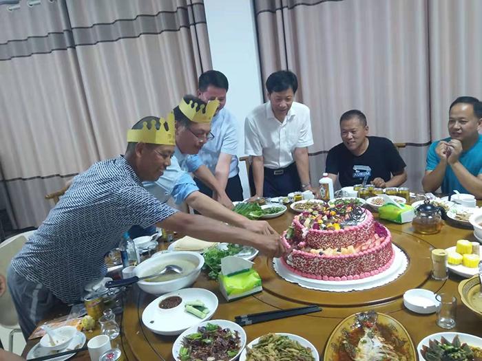 两名寿星共同切蛋糕.jpg